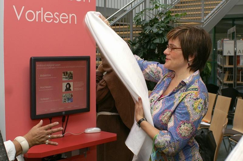 Irmtraud Morgner, Einweihung des Irmtraud-Morgner-Kunstwerkes in der Stadtbibliothek Chemnitz durch Künstlerin Janet Grau, 2008